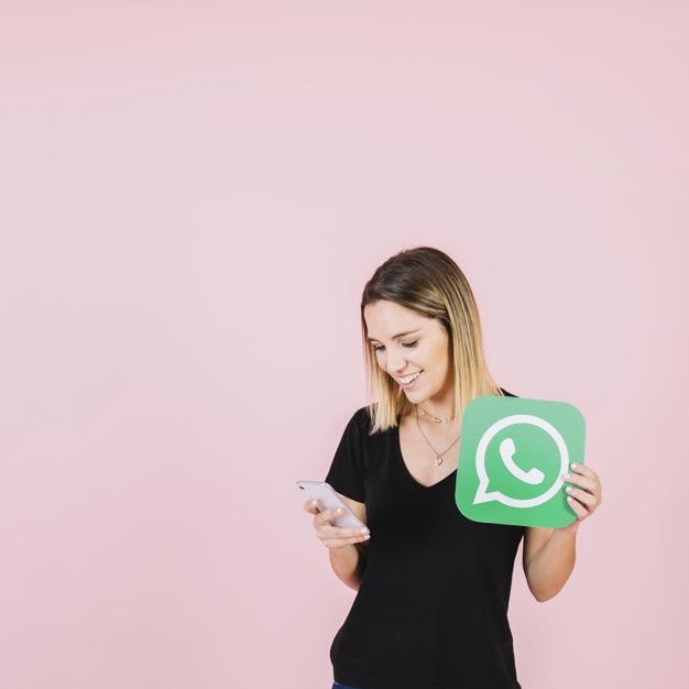 mujer-feliz-icono-whatsapp-usando-telefono-celular_23-2147849413.jpg