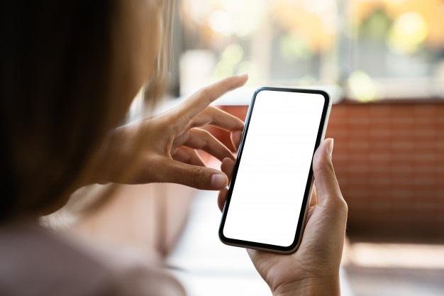 simulacros-telefono-mano-mujer-mostrando-pantalla-blanca_34944-106.jpg