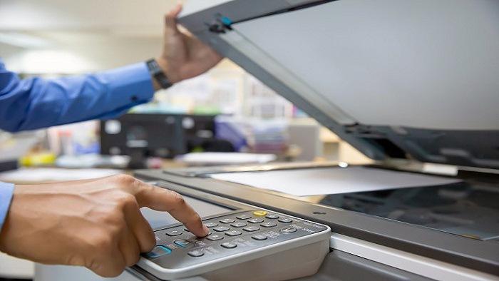 empresario-presione-boton-fotocopiadora-lugar-trabajo-oficina_101448-1429.jpg