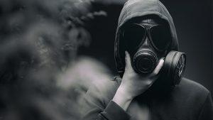 hombre con mascara contaminacion electronica