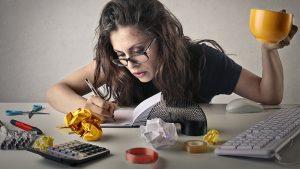 mujer ocupada oficina